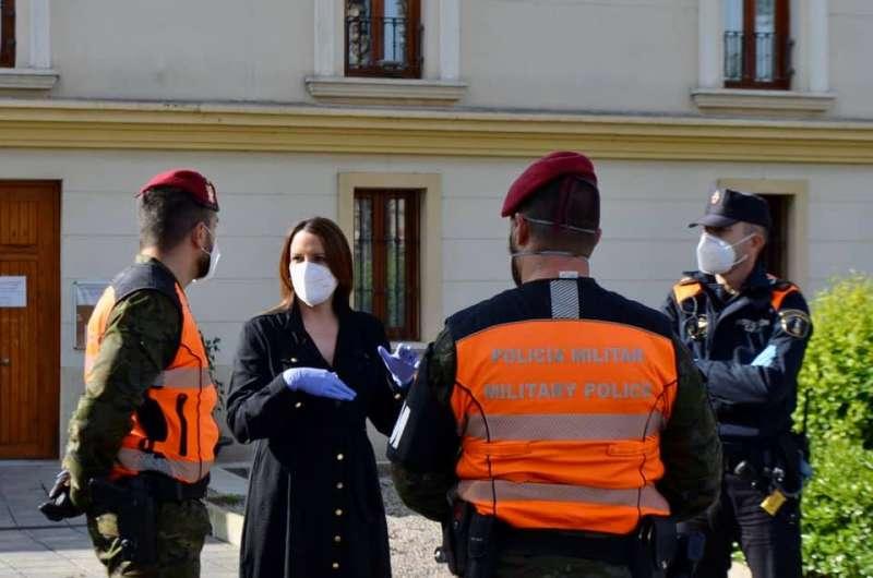 La alcaldesa de Moncada, Amparo Orts, recibe a los miembros de la Unidad Militar de Ejército. / epda