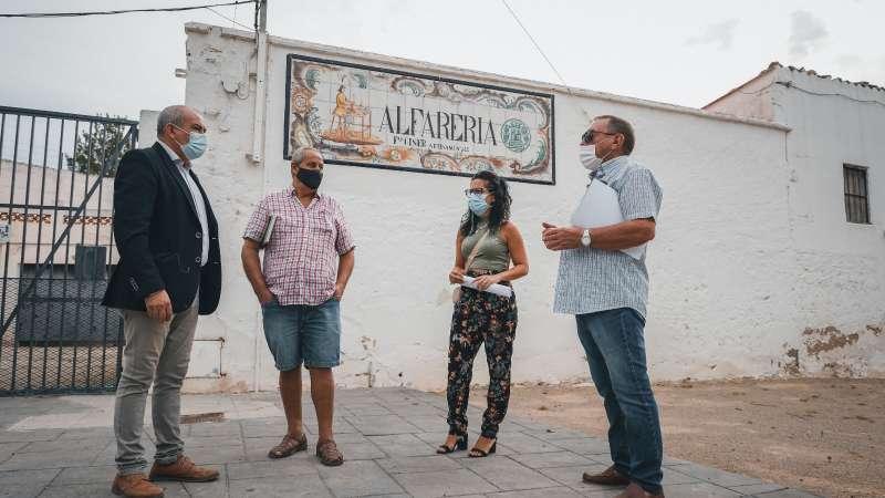 Concejales y vecinos de Alborgi en la Alfarería de Paterna. EPDA