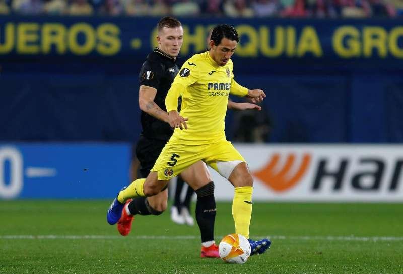 El centrocampista del Villarrea, Dani Parejo (d), conduce el balón ante un rival. EFE