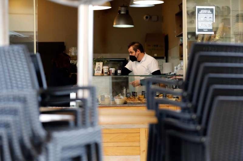 Un camarero prepara cafés para llevar. EFE/ Ana Escobar/Archivo
