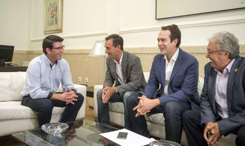 Jorge Rodríguez junto a los alcaldes de Riba-Roja, Cheste y Loriguilla. //EPDA