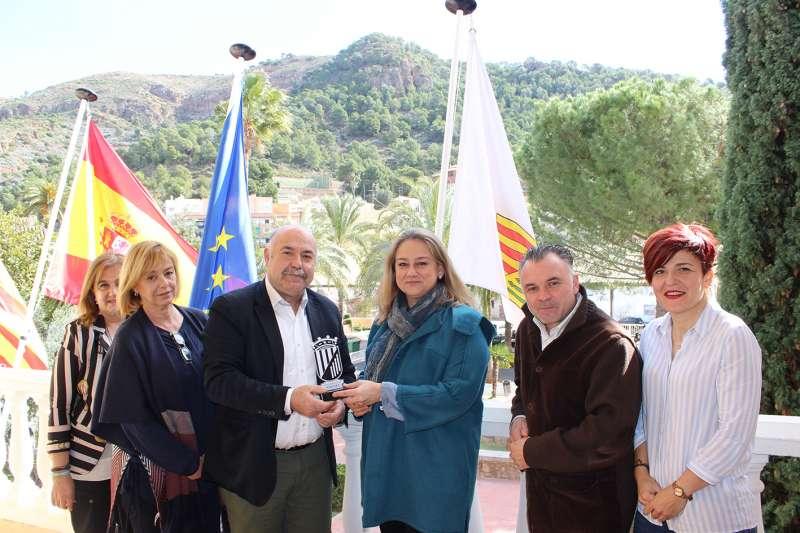 María Luisa Hernández recibe el reconocimiento de manos del alcalde, Damián Ibáñez