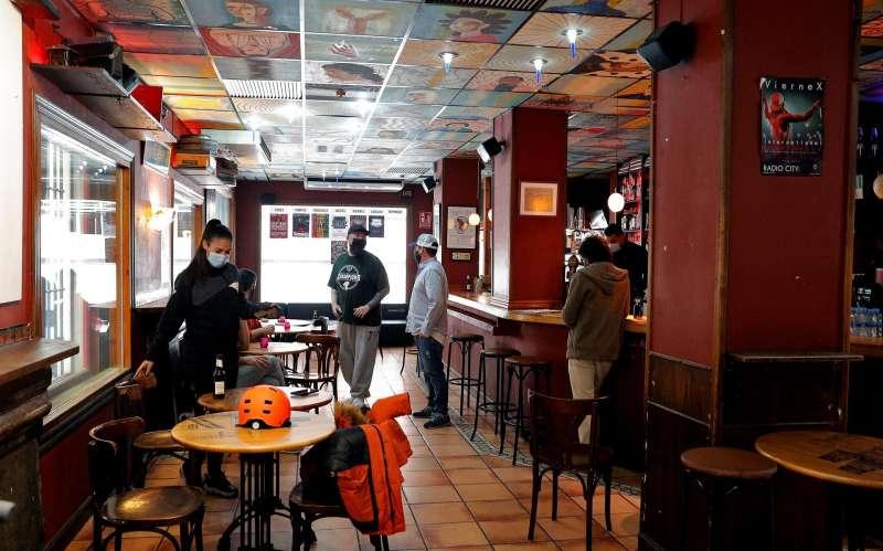 En la imagen uno de los locales valencianos preparándose para abrir sus puertas.