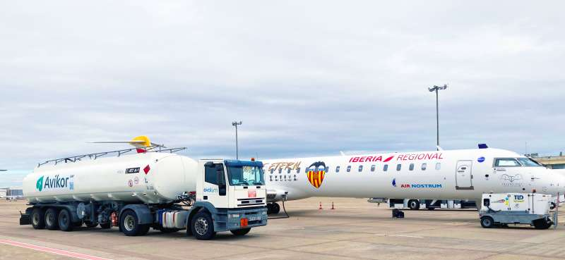 Repostaje del avión donde regresará el Valencia C.F. tras su partido en Sevilla.