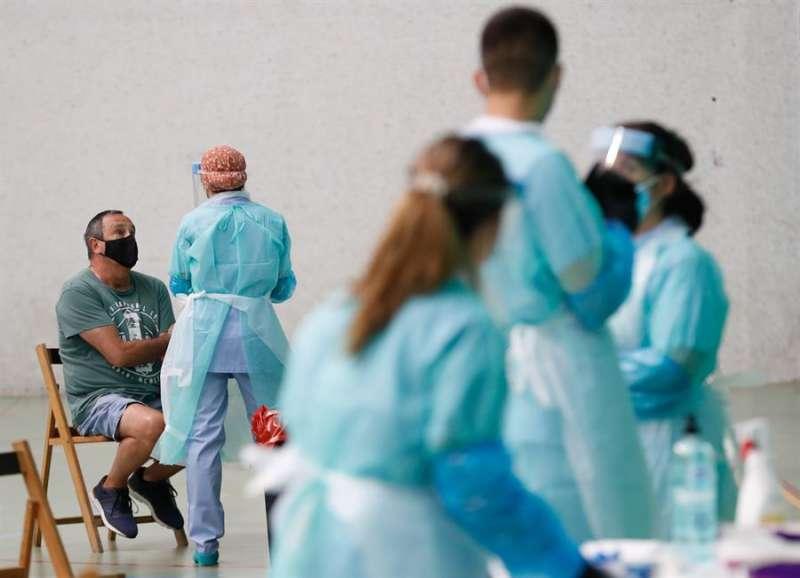 Un hombre se somete a la prueba PCR en el dispositivo puesto en marcha para controlar un posible brote de covid-19. EFE/Archivo