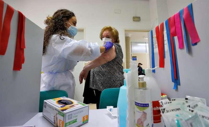 Una mujer se vacuna contra la gripe. EFE