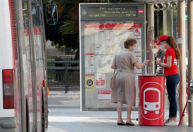 Imagen de archivo de una usuaria de la EMT recibiendo información sobre los paros. EFE
