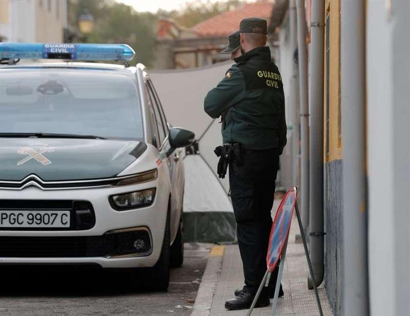 La Guardia Civil, en un registro del piso del detenido, en la localidad valenciana de Manuel. EFE/Kai Försterling
