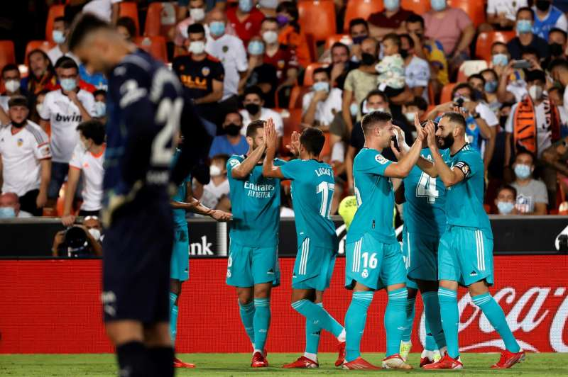El delantero francés del Real Madrid Karim Benzema (d) celebra su gol, el 1-2 ante el Valencia