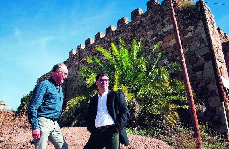 El alcalde de Petrés con el vicepresidente tercero de la Diputación en el Castillo. EPDA