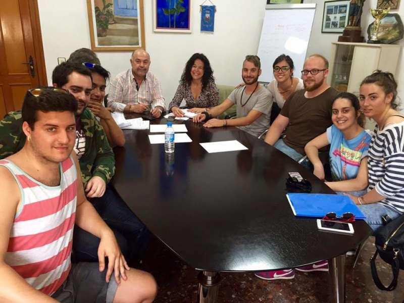 El alcalde de Nàquera con los miembros de las asociaciones culturales de la localidad. /7EPDA