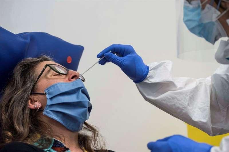 Una sanitaria se realiza un test de anticuerpos por COVID-19. EFE