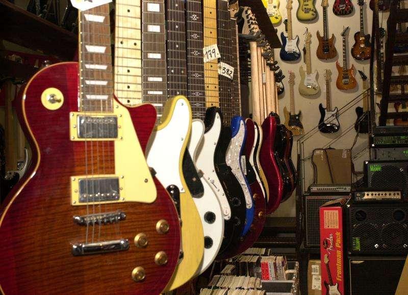 Guitarras eléctricas en venta en una tienda de instrumentos musicales. EFE/Archivo