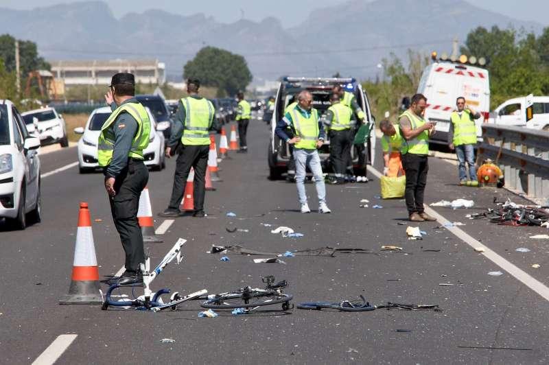 Agentes de la Guardia Civil y miembros de Emergencias en el punto kilométrico 205 de la N-332 entre las localidades de Oliva y Dénia, donde tuvo lugar el siniestro.