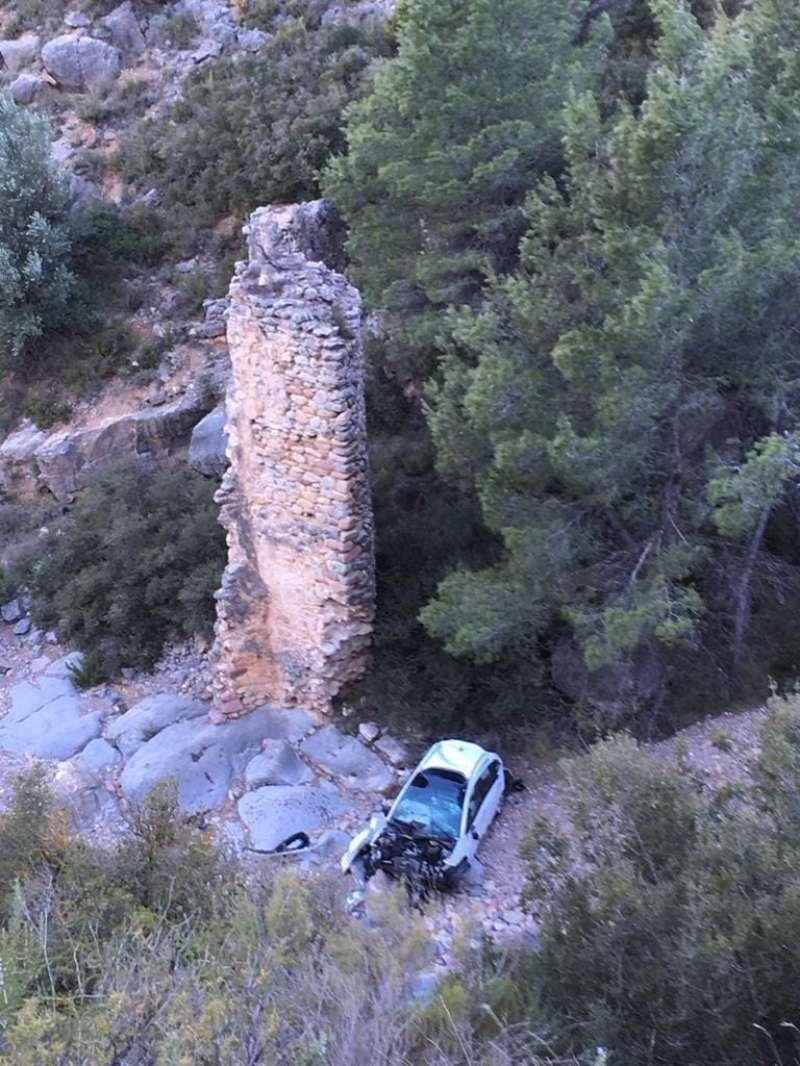 El vehículo junto a uno de los pilares de la rambla. Foto: J.A. Calvo